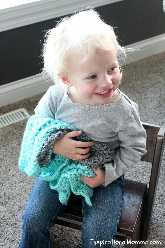 My On-The-Go Crochet Baby Blanket use double crochet stitches and is so easy to make. This simple pattern is perfect for beginners! #inspirationalmomma #doublecrochet #crochet #crocheting #howtocrochet #crochetbeginner