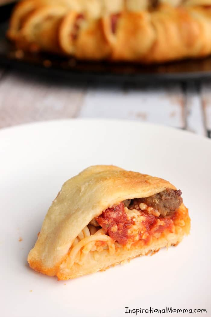 This Spaghetti & Meatball Garlic Crescent Ring is filled with noodles, meatballs, and flavorful Homestyle Ragu. #SimmeredinTradition #HomestyleSauces