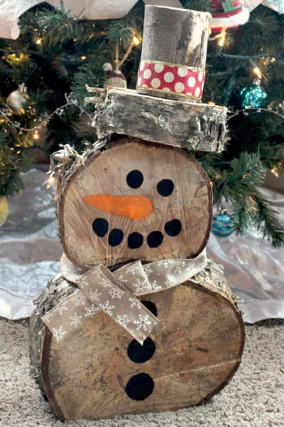 This DIY Log Snowman is so simple to make at a minimal cost. He is quite cute and is sure to create a festive winter wonderland! #inspirationalmomma #diylogsnowman #diy #snowman #christmas #holiday #decoration #homemade #log