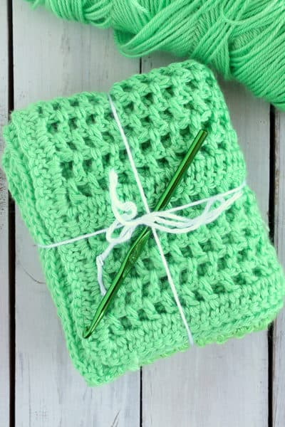 This Easy Double Crochet Blanket is a perfect project for beginning crocheters. Created with simple stitches, this blanket is quick, easy, and very cute! #inspirationalmomma #doublecrochet #crochet #crocheting #baby #blanket #babyblanket #beginner #easy #quick